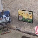Peintures de Jean Marc Yencesse et Clive van Hoek exposées dans une rue de Fontaine.