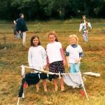 Épouvantails construits par les enfants de l'école des Carrois dans le verger de Fontaine (2004)