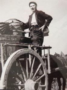 Eugène Nicolle juché sur une charrette un jour de vendanges (Entre-deux-guerres), collection particulière.