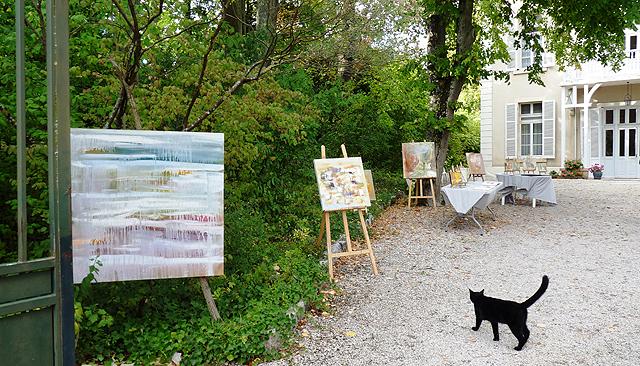Peintures de Martine Malherbe exposées dans le jardin des sœurs de Nevers.