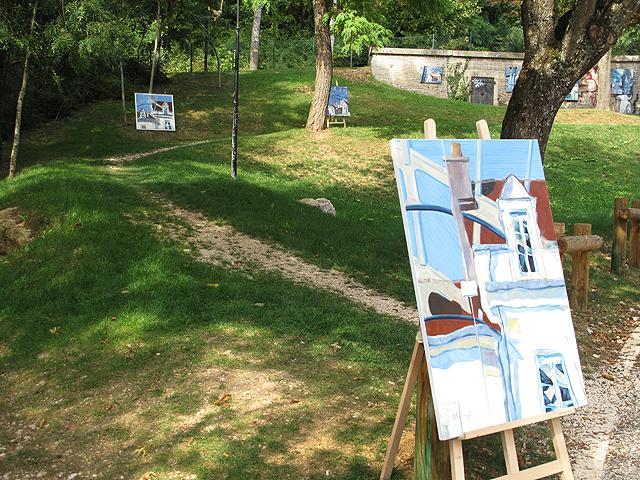 Peintures de Daniel Carette exposées autour de la mare de Fontaine.