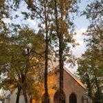 Soleil couchant sur l'église Saint-Bernard (Cliché Anne Lambert).