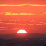 Soleil levant depuis la rue de Bellevue (Cliché Jean-Marie Combette).